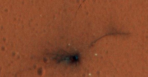 NASA opublikowała najnowsze zdjęcia miejsc upadku fragmentów lądownika Schiaparelli. Obrazy wykonane przez sondę Mars Reconnaissance Orbiter (MRO) z pomocą kamery wysokiej rozdzielczości, wykorzystującej trzy filtry, pozwoliły na stworzenie kolorowych zdjęć i odsłonięcie na ich podstawie kolejnych szczegółów zakończonej katastrofą misji. Lądownik Schiaparelli należący do europejsko-rosyjskiej misji ExoMars rozbił się na czerwonej Planecie 19 października. Jego spadochron prawdopodobnie wciąż porusza się na wietrze.