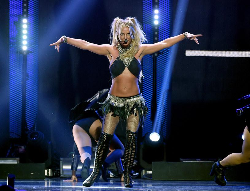 """""""Britney"""" to trzeci album w dyskografii Britney Spears, który przyniósł jej spory sukces komercyjny i zwiastował zmianę wizerunku gwiazdy. Wokalistka zerwała z wyglądem niewinnego aniołka, by stać się uwodzicielką, która żadnej kontrowersji się nie boi. Od premiery płyty mija 15 lat."""