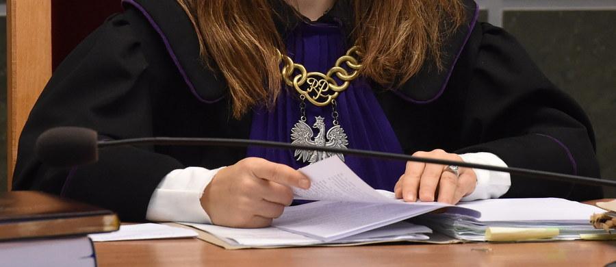 Sejm przyjął nowelizację kilku ustaw, która m.in. wprowadza jawność oświadczeń majątkowych sędziów i możliwość zwrotu sprawy prokuraturze przez sąd na jej wniosek. Za przyjęciem ustawy głosowało 237 posłów, przeciw było 190, a wstrzymało się czterech. Sejm odrzucił wnioski opozycji o odrzucenie projektu, a także jej poprawki. Przyjął natomiast poprawki PiS. Teraz nowela trafi do Senatu.
