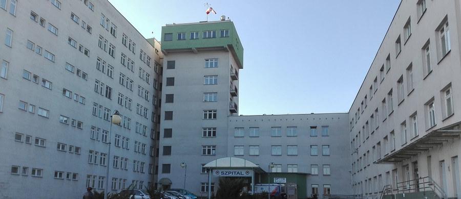 Urodziła na podłodze, między łóżkami, na zwykłej sali oddziału położniczego. Nikt z lekarzy nie przyszedł i mimo wezwań męża nie pomógł kobiecie, która musiała urodzić martwe dziecko. To wstrząsająca i makabryczna historia ze szpitala Starachowicach - informuje reporter RMF FM Mariusz Piekarski.