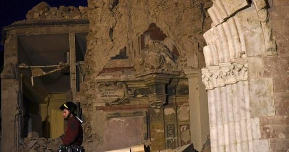 """Tam, gdzie silne trzęsienia ziemi zdarzały się rzadziej, ludzie stopniowo o nich zapominali i przez stulecia budowali już nie tak solidnie - mówi RMF FM ekspert od rekonstrukcji zabytków we Włoszech - prof. Alberto Viskovic z University """"G. D'Annunzio"""" w Chieti-Pescarze. Problemy pojawiały się też przy zmianie stylu architektonicznego, budowniczowie przez pewien czas nie mieli wtedy właściwego doświadczenia. Prof. Viskovic, który osobiście uczestniczył w pracach nad odbudową po trzęsieniu ziemi z 1997 roku sklepienia i fragmentów dachu bazyliki św. Franciszka w Asyżu przyznaje, że jeszcze w latach 70 i 80 minionego stulecia metody rekonstrukcji były niedoskonałe. Wszystko zmieniło się w 2. połowie lat 90-tych. Przypominamy rozmowę, która odbyła się jeszcze przed najnowszą falą trzęsień ziemi we Włoszech."""