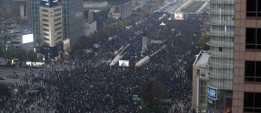 Tysiące Koreańczyków demonstrowało w sobotę w Seulu, wzywając prezydent Korei Południowej Park Geun Hie do ustąpienia w związku ze skandalem korupcyjnym i handlem wpływami.