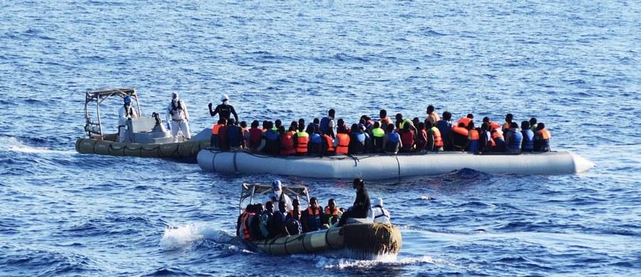 10 ciał migrantów znalazły na pontonie służby morskie prowadzące akcję ratunkową na Morzu Śródziemnym. Jak podała Straż Przybrzeżna, łącznie w ostatnich operacjach uratowano 2185 osób płynących do Włoch.