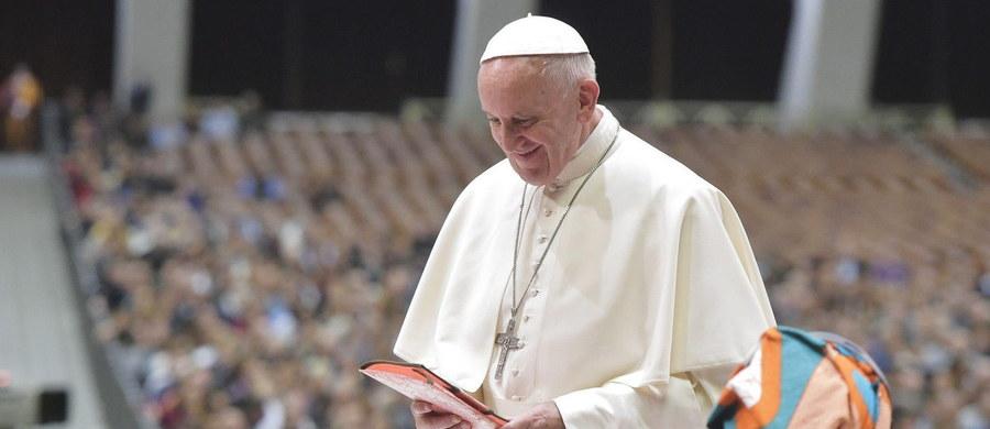 """Papież Franciszek podczas spotkania z 5 tysiącami działaczy ruchów ludowych z wielu krajów mówił, że na świecie rządzi pieniądz przy pomocy """"bicza strachu"""". Sytuację migrantów i uchodźców określił jako """"hańbę"""". Za """"skandal"""" uznał ratowanie banków, a nie ludzi."""