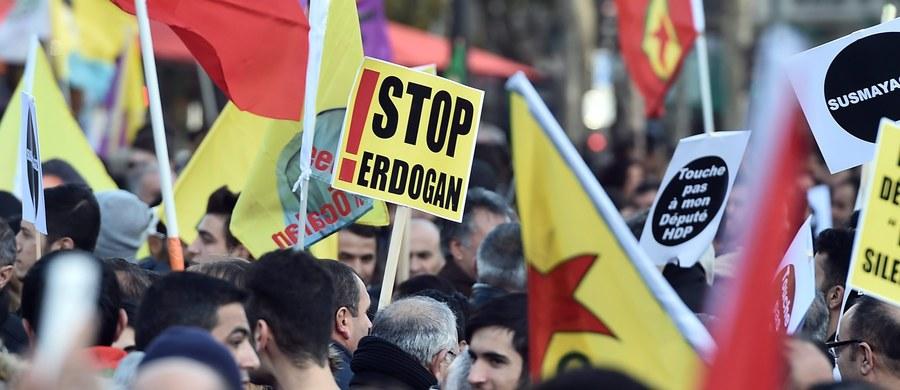 """Tysiące ludzi - głównie mieszkający we Francji Kurdowie - manifestowało w sobotę na paryskim placu Republiki, żądając zwolnienia aresztowanych w Turcji dziennikarzy i deputowanych. Wzywano Francję i Europę, by """"zaprzestały popierania tureckiej dyktatury""""."""