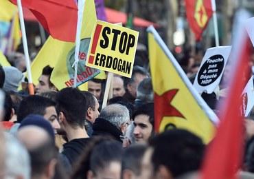 """Wielka demonstracja w Paryżu przeciwko działaniom władz tureckich. """"Precz z reżimem Erdogana"""""""