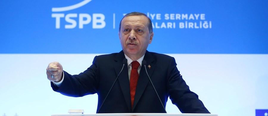 """Prezydent Turcji Recep Tayyip Erdogan odpierał w niedzielę krytykę, z jaką spotkały się aresztowania prokurdyjskich deputowanych z Ludowej Partii Demokratycznej (HDP), nazywając tę formację """"przedłużonym ramieniem"""" zakazanej Kurdyjskiej Partii Pracy (PKK)."""