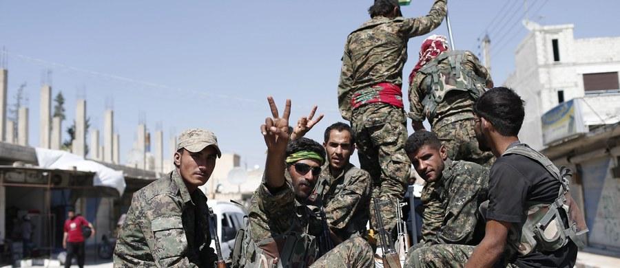 """Wspierane przez USA Syryjskie Siły Demokratyczne (SDF), sojusz kurdyjskich i arabskich ugrupowań zbrojnych, rozpoczęły w niedzielę operację """"Gniewny Eufrat"""" - ofensywę mającą na celu odbicie Ar-Rakki, bastionu Państwa Islamskiego w Syrii."""