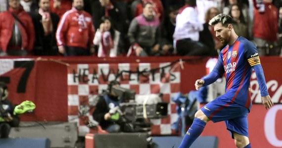 Piłkarze Barcelony pokonali dobrze spisującą się w tym sezonie Sevillę 2:1 w meczu 11. kolejki hiszpańskiej ekstraklasy. Na koncie mają obecnie 25 punktów, więc wciąż tracą dwa do prowadzącego w tabeli Realu Madryt, który wcześniej wygrał u siebie z Leganes 3:0. W wyjazdowym spotkaniu z Sevillą swojego 500. gola dla Barcelony strzelił Lionel Messi.