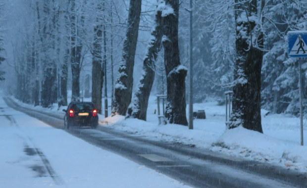 Zakopane znów zrobiło się białe. W mieście spadło kilka centymetrów śniegu, wyżej w górach nawet kilkanaście. Mieszkańcy stolicy Tatr są jednak przekonani, że to jeszcze nie jest ta prawdziwa zima.