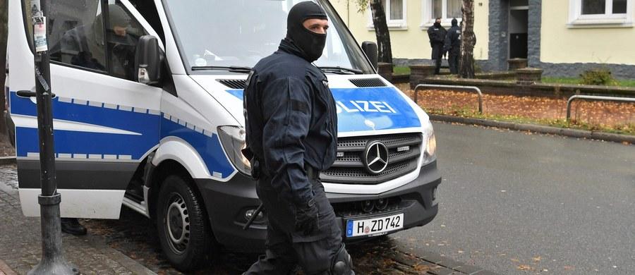 """Pięciu mężczyzn podejrzanych o rekrutowanie młodych muzułmanów do walki w szeregach Państwa Islamskiego zatrzymano w Niemczech – informuje we wtorek w wydaniu internetowym gazeta """"Sueddeutsche Zeitung""""."""