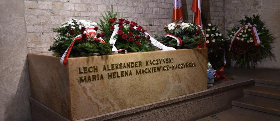 Ekshumacje Marii i Lecha Kaczyńskich na Wawelu rozpoczną się w poniedziałek późnym popołudniem - dowiedzieli się reporterzy śledczy RMF FM. Według ich informacji, po 18, gdy Wawel opuszczą ostatni turyści, wzgórze zamkowe zostanie zamknięte. Wydobycie trumien z grobowca planowane jest około godziny 22. Jak dowiedział się reporter RMF FM Patryk Michalski, konferencja Prokuratora Krajowego ws. śledztwa dot. katastrofy smoleńskiej odbędzie się w środę o godz. 11.
