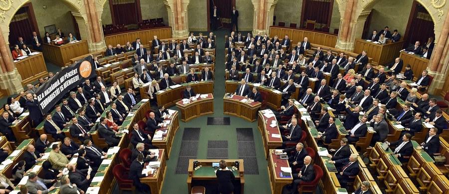Parlament węgierski nie przyjął zgłoszonej przez premiera Viktora Orbana nowelizacji konstytucji, zakazującej osiedlania na Węgrzech cudzoziemców z ominięciem obowiązującej w kraju procedury. Do uchwalenia nowelizacji potrzebne było poparcie 2/3 posłów. Rządząca koalicja - Fidesz i Chrześcijańsko-Demokratyczna Partia Ludowa (KDNP) - ma obecnie 131 posłów w 199-osobowym jednoizbowym parlamencie, podczas gdy konstytucyjna większość dwóch trzecich to 133 głosy.