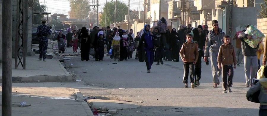 Dżihadyści z Państwa Islamskiego uprowadzili niedaleko Mosulu na północy Iraku 295 dawnych członków irackich sił bezpieczeństwa. Zmusili 1500 rodzin do wycofania się wraz z nimi z miejscowości Hammam al-Alil w stronę lotniska w Mosulu - podało ONZ.