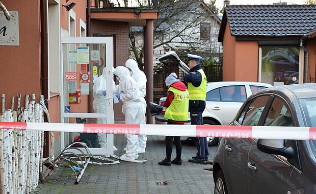 Zarzuty rozboju i użyciem niebezpiecznego narzędzia i kradzieży dla 26-letniego Adriana R. z Lęborka na Pomorzu. To on wczoraj ranił siekierą w głowę 49-letnią pracownicę poczty w Mostach w gminie Nowa Wieś Lęborska. Kobieta nadal jest w szpitalu, do tej pory nie można było jej przesłuchać.