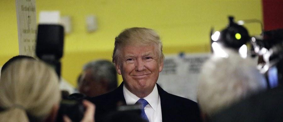 """Donald Trump w towarzystwie żony Melanii głosował w lokalu wyborczym na Manhattanie w Nowym Jorku. """"Trudna decyzja"""" - zażartował kandydat Republikanów po oddaniu głosu."""
