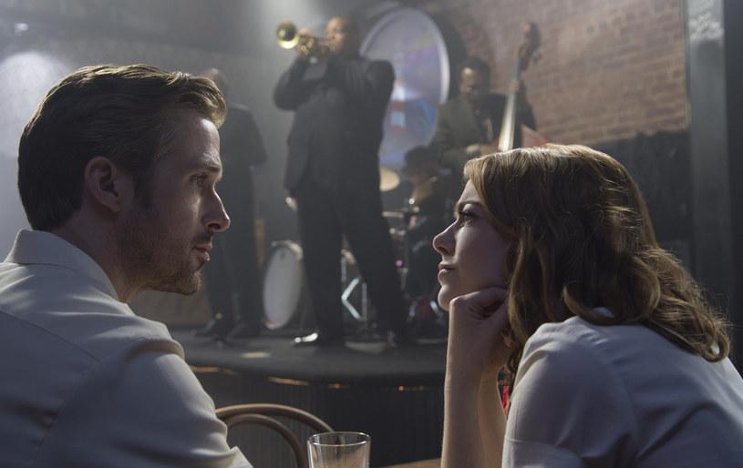 """Zagorzały skinhead (""""Fanatyk""""), mąż ratujący związek (""""Blue Valentine""""), bezimienny kierowca (""""Drive""""), przebiegły bankier (""""The Big Short"""") ale przede wszystkim równy gość (""""Nice Guys. Równi goście""""). Ryan Gosling to obecnie najgorętsze nazwisko w Hollywood. Już niebawem urzeknie widzów, a przede wszystkim panie, nastrojowym jazzem. """"La La Land"""" najnowszy film z jego udziałem na ekranach kin zagości 20 stycznia 2017 roku."""