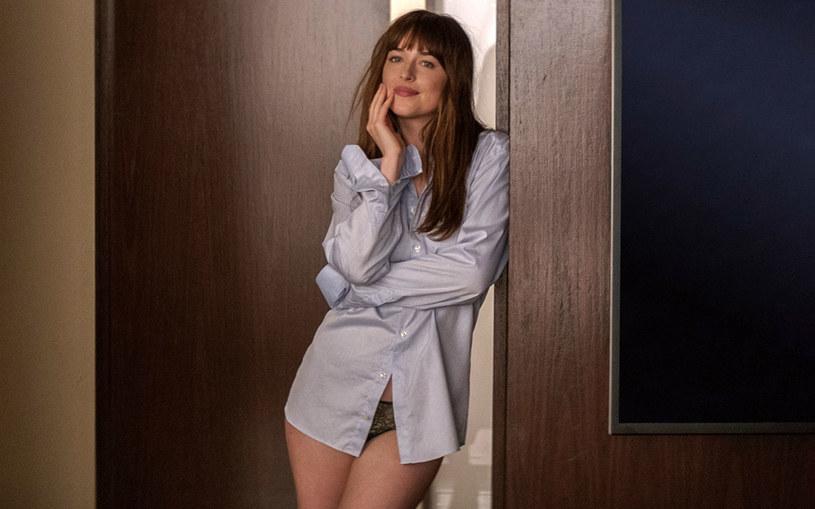 """Kontynuację erotycznego hitu z Dakotą Johnson i Jamiem Dornanem w rolach głównych obejrzą w USA osoby tylko powyżej 17. roku życia. Film """"Ciemniejsza strona Greya"""" otrzymał kinową kategorię R."""