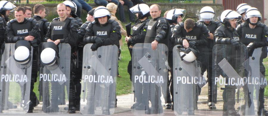 Dziewiętnaście osób dobrowolnie poddało się karze w procesie oskarżonych o udział w zamieszkach przy jednym z białostockich komisariatów. Doszło do nich, gdy po policyjnej interwencji na osiedlu komunalnym zmarł mężczyzna. W tej sprawie śledztwo wciąż trwa.
