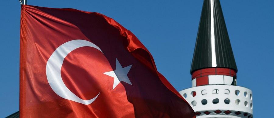 Turcja cofnęła się na drodze do spełnienia warunków członkostwa w UE w wielu dziedzinach, jak niezawisłość sądów, poszanowanie dla wolności słowa, mediów i zasad rządów prawa - oceniła w środę Komisja Europejska.