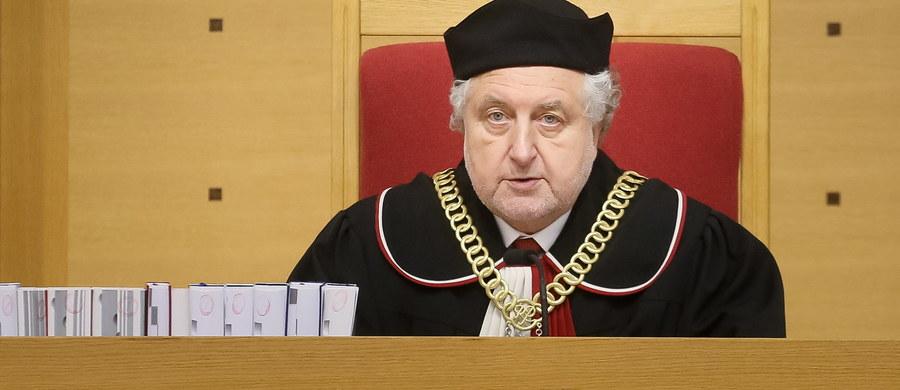 Trybunał Konstytucyjny miał dziś wydać wyrok w sprawie zaskarżonej jeszcze przez prezydenta Komorowskiego ustawy o umieszczaniu szczególnie niebezpiecznych zabójców w ośrodku w Gostyninie. Dzisiejsza rozprawa została jednak odwołana i przeniesiona na wtorek. We wtorek zaś czeka nas kolejne kuriozalne widowisko zakończone pewnie wydaniem wyroku, który nie będzie opublikowany - tak wygląda sytuacja rok po pierwszej salwie w wojnie o Trybunał Konstytucyjny.