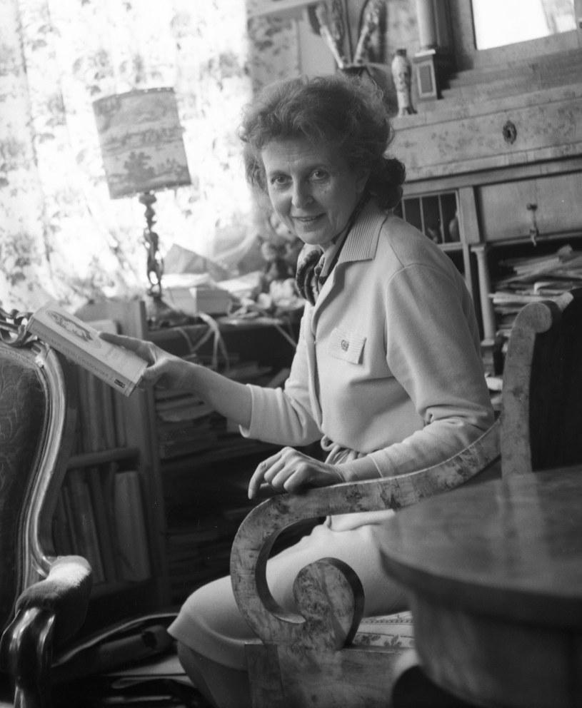 Jej narodziny, 29 listopada 1913 roku, wywołały skandal obyczajowy. Przyszła bowiem na świat jako nieślubne dziecko panny i żonatego mężczyzny.