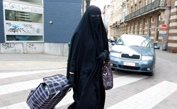 Karę czterech miesięcy pozbawienia wolności zamienioną na grzywnę w wysokości 30 tysięcy euro wymierzył sąd w Pordenone na północy Włoch kobiecie, która w urzędzie gminnym odmówiła zdjęcia muzułmańskiej chusty całkowicie zasłaniającej jej twarz.