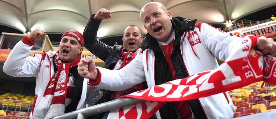Piłkarska reprezentacja Polski przyleciała w sobotę do Wrocławia, gdzie w poniedziałek zmierzy się w meczu towarzyskim ze Słowenią. Będzie to piąty pojedynek biało-czerwonych pod wodzą Adama Nawałki we Wrocławiu. Na boisku nie zobaczymy jednak Roberta Lewandowskiego, Kamila Glika oraz Łukasza Piszczka.