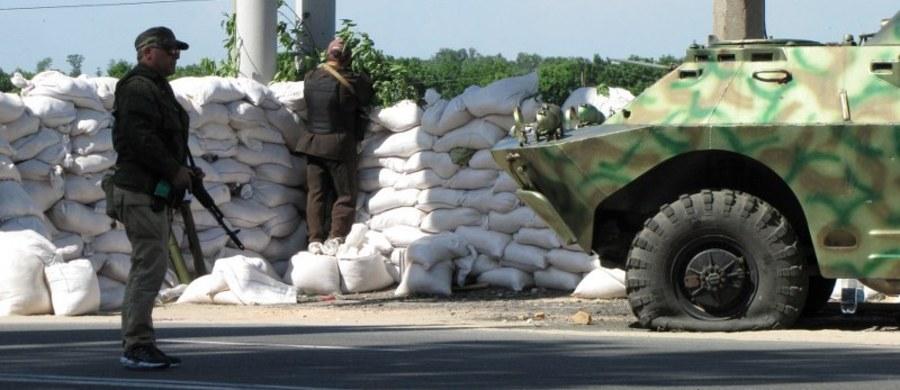 Jedna osoba cywilna i dwóch żołnierzy sił rządowych zginęło ostatniej doby w Donbasie na wschodzie Ukrainy, gdzie trwa konflikt ze wspieranymi przez Rosję separatystami – podały w sobotę władze w Kijowie. Dwóch żołnierzy zostało rannych.