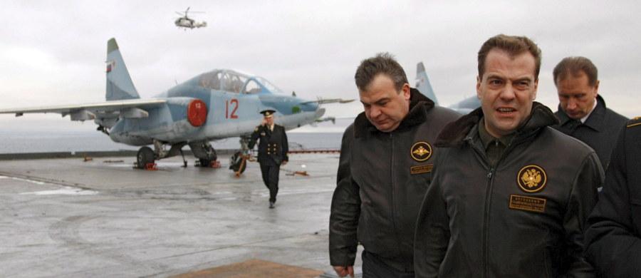 Rosyjska grupa okrętów, w której skład wchodzi lotniskowiec Admirał Kuzniecow i która ma wzmocnić rosyjską obecność wojskową w Syrii, znajduje się obecnie u wybrzeży Syrii - poinformował w sobotę kapitan Admirała Kuzniecowa, Siergiej Artamonow.