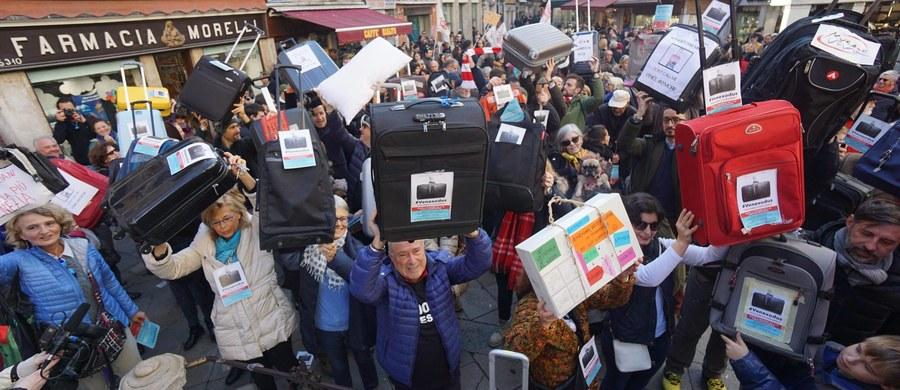 """Grupa mieszkańców Wenecji przemaszerowała w sobotę z walizkami protestując w ten sposób przeciwko wyludnianiu się ich miasta. Liczba ludności spadła do rekordowo niskiej liczby niecałych 55 tysięcy. Protest odbył się pod hasłem """"Venexodus""""."""