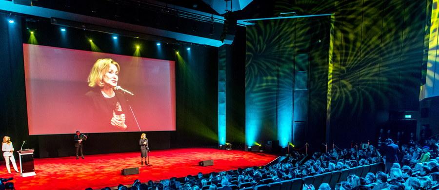 24. Międzynarodowy Festiwal Sztuki Autorów Zdjęć Filmowych Camerimage rozpoczął się w sobotę w Bydgoszczy. W czasie gali otwarcia nagrody specjalne otrzymali amerykańska aktorka Jessica Lange i kanadyjski producent filmowy Robert Lanos.
