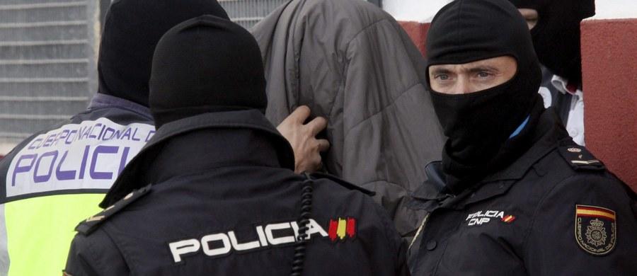 Policjanci z Hiszpanii oraz z kilku krajów, w tym z Polski, rozbili siatkę przemytników ludzi. Organizacja przerzuciła co najmniej 6 tys. Ukraińców do Wielkiej Brytanii. Zatrzymano 115 osób, w tym szefów gangu - poinformowała w niedzielę hiszpańska policja. Siatka działała na Ukrainie, w Polsce, Hiszpanii, Belgii, Irlandii i Wielkiej Brytanii.