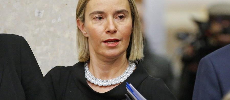 UE jest zgodna, że musi pracować nad umacnianiem partnerstwa z USA, a równocześnie umacniać swoją jedność w kluczowych sprawach - stwierdziła wczoraj szefowa unijnej dyplomacji Federica Mogherini po nieformalnym spotkaniu szefów MSZ w Brukseli. Zapowiedziała, że zamierza możliwie najszybciej nawiązać współpracę z administracją nowego prezydenta USA i zaprosi przyszłego sekretarza stanu na posiedzenie ministrów spraw zagranicznych UE.