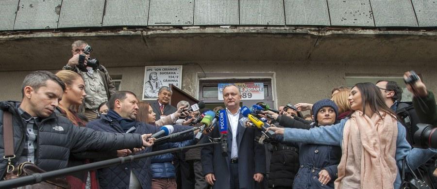 Zwolennik kursu prorosyjskiego Igor Dodon zwyciężył w drugiej turze wyborów prezydenckich w Mołdawii. Zdobył 5-procentową przewagę nad zwolenniczką zbliżenia z UE Maią Sandu - poinformowała Centralna Komisja Wyborcza.