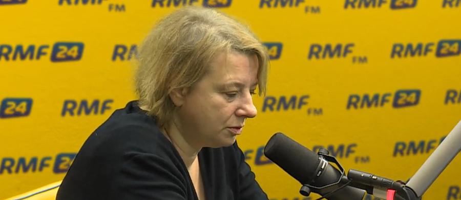 """""""Ekshumacja mojego męża nastąpi jeszcze w tym roku"""" – mówi Robertowi Mazurkowi Magdalena Merta - wdowa po byłym wiceministrze kultury Tomaszu Mercie. W Porannej rozmowie w RMF FM podkreśla: """"Ja sama składałam wniosek o to, by potwierdzić tożsamość mojego męża. Dziś mam szansę dowiedzieć się, kogo pochowałam, i godnie pochować mojego męża"""". Magdalena Merta odpowiada również na pytanie o sprzeciw niektórych rodzin wobec rozpoczynających się dziś ekshumacji: """"Mamy za sobą 9 ekshumacji. Na te 9 ekshumacji przypada 6 pomyłek, co do tożsamości ofiar. Zachodzi bardzo poważne domniemanie, że wdowa po oficerze BOR-u niekoniecznie chroni w tym swoim grobie akurat swojego męża. Bardzo możliwe, że chroni mojego. A do tego nie ma prawa. Jeżeli Tomek spoczywa w cudzym grobie, to ja nie uszanuję żadnego oporu przed otwieraniem grobu""""."""