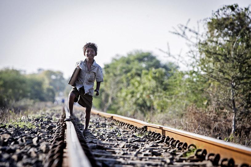 """Konsulat Stanów Zjednoczonych w Indiach nie wyraził zgody na wjazd do USA 8-letniego chłopca, który zagrał jedną z głównych ról w filmie """"Lion. Droga do domu"""" w reżyserii Gartha Davisa. Sunny Pawar miał uczestniczyć w kampanii promocyjnej filmu, wymienianego wśród faworytów w oscarowym wyścigu."""