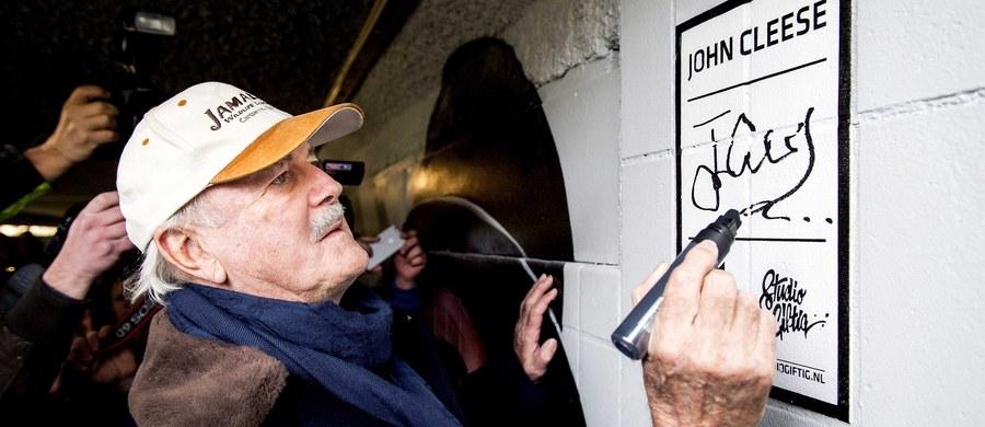 """Cyrk Monty Pythona napisał nową piosenkę. Legendarni brytyjscy satyrycy tym razem wzięli na warsztat """"słit focie"""", za którymi nie przepadają. Eric Idle i John Cleese byli gośćmi popularnego amerykańskiego programu Conana O'Briena typu talk-show, który oglądają miliony widzów. Zgodzili się zaprezentować nową piosenkę."""