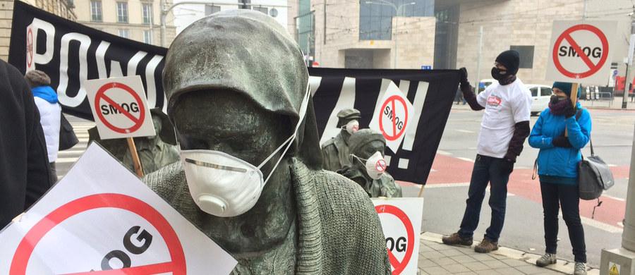 Ponad czterdzieści pięć tysięcy ludzi umiera każdego roku na skutek smogu – biją na alarm działacze Alarmu Smogowego. Dziś z okazji Dnia Czystego Powietrza w całej Polsce zorganizowano specjalne happeningi. We Wrocławiu uczestnicy akcji spotkali się przy Pomniku Anonimowego Przechodnia. Postacie odlane z brązu otrzymały maski, podobnie jak przechodnie, którzy przyglądali się happeningowi.