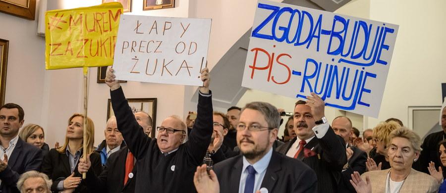 Prezydent Lublina Krzysztof Żuk pozostanie na stanowisku. Przeciwko uchwale stwierdzającej wygaśnięcie mandatu prezydenta Lublina zagłosowało 16 radnych popierającej Żuka koalicji PO i ugrupowania Wspólny Lublin, natomiast za uchwałą było 15 radnych PiS.
