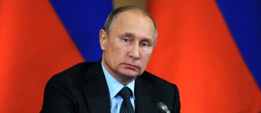 """Prezydent Rosji Władimir Putin i prezydent elekt USA Donald Trump ustalili w rozmowie telefonicznej, że są zgodni co do konieczności połączenia sił w walce z międzynarodowym terroryzmem i ekstremizmem. Trump i Putin są też zgodni w ocenie obecnych stosunków amerykańsko-rosyjskich, które są """"skrajnie niezadowalające"""", i opowiedzieli się za ich normalizacją oraz budową konstruktywnej współpracy na wielu płaszczyznach - podały służby prasowe Kremla."""