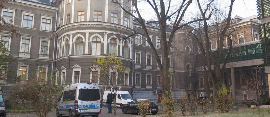 Cztery godziny trwały kompleksowe badania tomograficzne ciał pary Lecha i Marii Kaczyńskich ekshumowanych na Wawelu - dowiedzieli się reporterzy RMF FM.  Badania w krakowskim Zakładzie Medycyny Sądowej zakończono nad ranem. Ciała są dobrze zachowane. Sekcja zwłok potrwa kilka godzin.