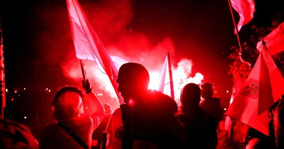 Policja przekazała prokuraturze materiały dotyczące spalenia ukraińskiej flagi podczas Święta Niepodległości w Warszawie. Incydent został sfilmowany, a nagranie wyciekło do internetu.