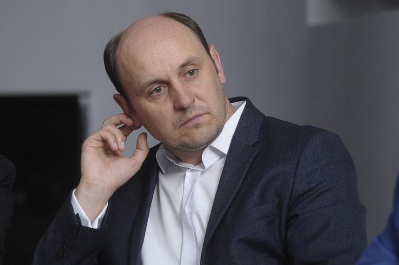 Adam Woronowicz, który często grywa w produkcjach podejmujących tematykę polityczną, uważa, że władza uzależnia i on sam politykiem nie chciałby być.