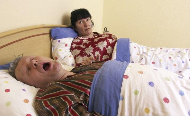 """Czterech na pięciu mężczyzn po czterdziestym roku życia chrapie - wynika z badania TNS Polska. Lekarze ostrzegają, że to poważny problem, który może świadczyć o kłopotach ze zdrowiem. Nie można chrapania bagatelizować! W Polsce z bezdechem sennym zmaga się ponad półtora miliona osób. Dlaczego chrapiemy? Powód to najczęściej nietypowa budowa nosa: skrzywiona przegroda, obrzęki, polipy nosa. """"Przez to nasze drogi oddechowe mają mniejszą drożność, a my mamy problem z nabraniem powietrza do płuc. Efekt jest taki, że w czasie snu oddychamy przez usta i zaczynamy chrapać"""" - tłumaczy w rozmowie z RMF FM otolaryngolog, dr Michał Michalik."""