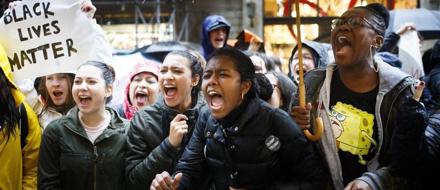 Tysiące uczniów szkół średnich w Waszyngtonie i na jego przedmieściach protestuje od poniedziałku przeciw wyborowi Donalda Trumpa na prezydenta. Demonstracje przeciw prezydentowi elektowi trwają w USA od tygodnia.
