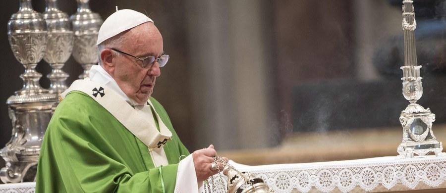 """Papież Franciszek wezwał amerykańskich biskupów do krzewienia kultury dialogu, by """"obalać mury i budować mosty"""". Swe przesłanie wystosował w związku z obradami Konferencji Episkopatu USA w Baltimore."""
