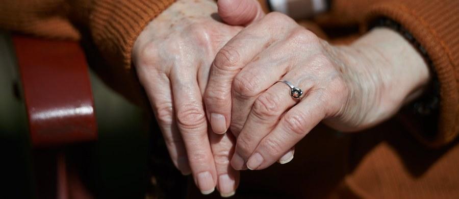 O godz. 11:30 w Sejmie ruszyły głosowania. Dziś ma zostać uchwalone obniżenie wieku emerytalnego - z 67 lat dla wszystkich do 60 lat dla kobiet i 65 dla mężczyzn. Potem ustawa trafi do akceptacji Senatu. To jednak nie będzie koniec zmian emerytalnych w tym roku - szykują się m.in. niemiłe niespodzianki.