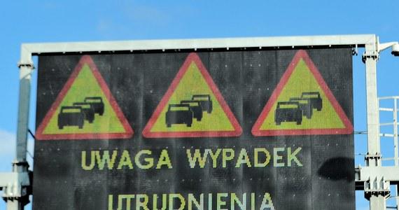 Utrudniony jest dojazd do autostrady A4 w Żorach na Śląsku. W rejonie ronda na jezdnię wylał się olej. Z powodu remontu kierowcy tkwią też teraz w korku na drodze nr 86 od strony Sosnowca.