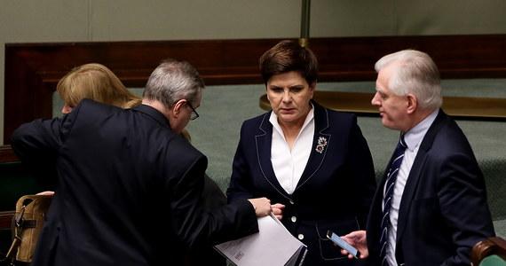 Sejm uchwalił ustawę, która przewiduje obniżenie od 1 października 2017 r. wieku emerytalnego do 60 lat dla kobiet i 65 lat dla mężczyzn. Posłowie odrzucili wcześniej poprawki klubów PSL i Kukiz'15 do projektu ustawy. Za uchwaleniem ustawy zagłosowało 262 posłów. Przeciw było 149, a 19 się wstrzymało.